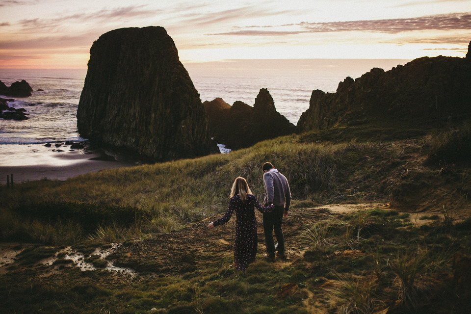 sunset photos of kate and isaac for their oregon coast anniversary session